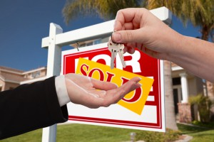 816765-agent-handing-over-the-key-to-a-new-home